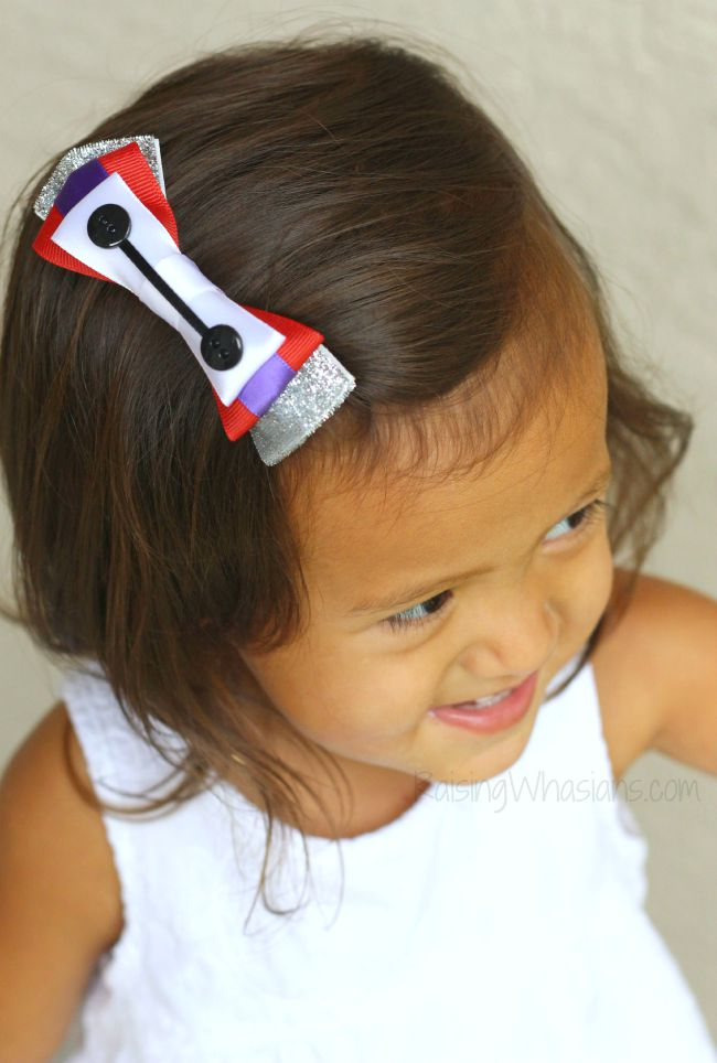 DIY Disney hair bow No Sew Baymax Hair Bow for Girls DIY - Create an adorable Disney inspired hair bow for your little girl! This Big Hero 6 inspired accessory is easy to make, no sewing required! Perfect Disneybounding, style piece to make at home #Disney #DisneyBounding #Craft