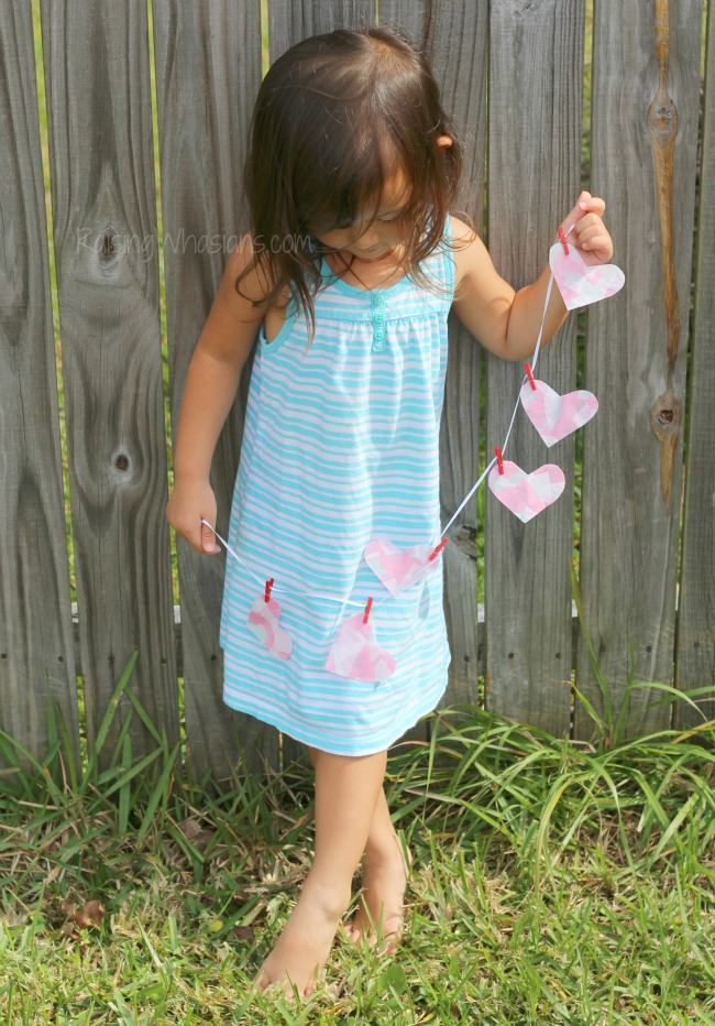 Easy heart banner Mosaic Heart Valentine's Day Banner Kids Craft | make this adorable and easy Valentine's day craft for kids. Perfect heart banner to hang in the window. #kidscraft #valentines #DIY #Crafts
