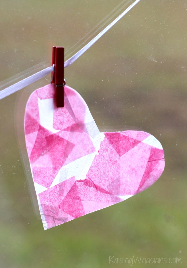 Tissue paper heart craft Mosaic Heart Valentine's Day Banner Kids Craft | make this adorable and easy Valentine's day craft for kids. Perfect heart banner to hang in the window. #kidscraft #valentines #DIY #Crafts