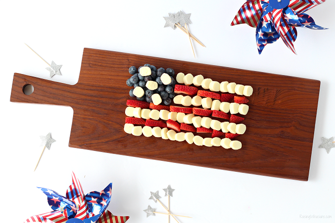 4th of July appetizer idea Celebrate Independence Day with a Fourth of July Cheese Platter, Kid-Approved! Perfect healthy appetizer/snack for your family party, American Flag inspired #IndependenceDay #FourthofJuly #Recipe #Snack #HealthyRecipe #Appetizer