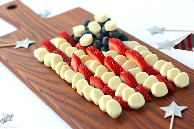 American flag cheese snack for kids Celebrate Independence Day with a Fourth of July Cheese Platter, Kid-Approved! Perfect healthy appetizer/snack for your family party, American Flag inspired #IndependenceDay #FourthofJuly #Recipe #Snack #HealthyRecipe #Appetizer