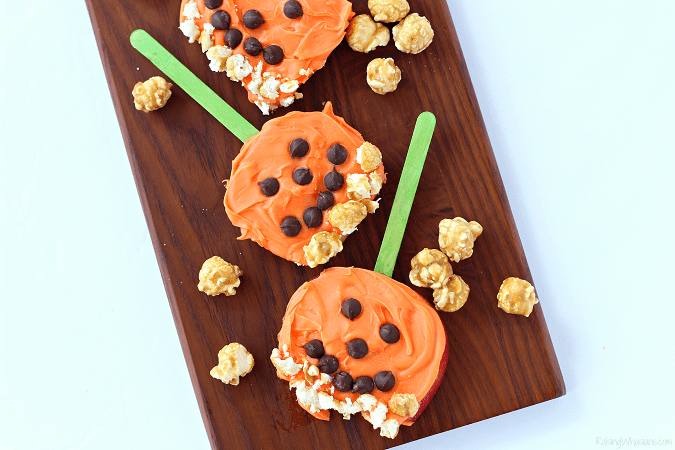 Pumpkin apple pops Need a festive fall snack that kids love? Try these Pumpkin Apple Pops for a fun Jack-O-Lantern inspired snack, featuring G.H. Cretors Popcorn #Snack #Halloween #Recipe